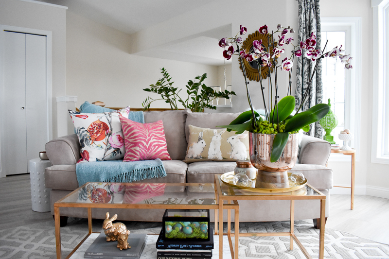 4 easy steps to a spring and Easter living room sofa.